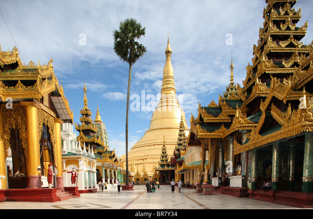 Gleaming in gold and decorated with diamonds, the huge Shwedagon Pagoda (also Shwe Dagon Pagoda or Shwedagon Paya) - Stock-Bilder