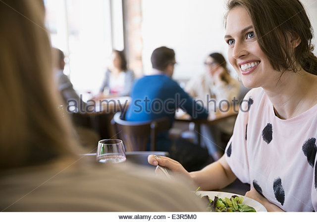 Women eating lunch at bistro - Stock Image