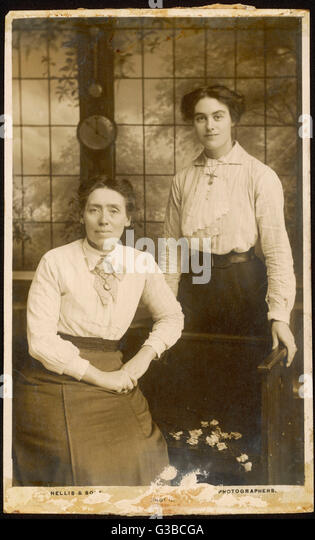 Mother and daughter  pose for their photograph.        Date: 1902 - Stock-Bilder