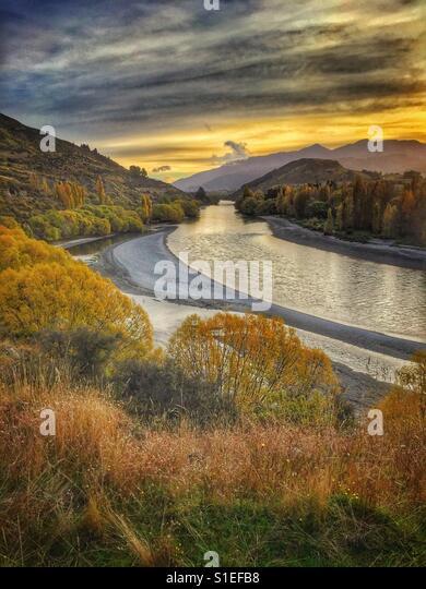 Sun sets over river. - Stock-Bilder