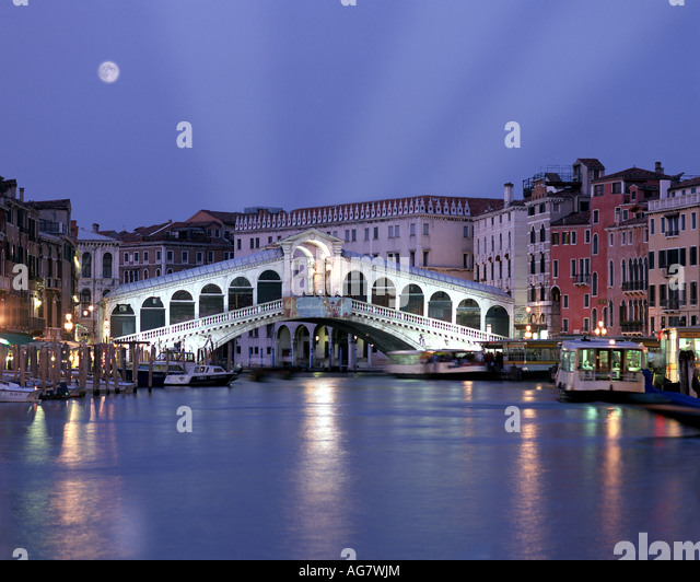 IT - VENICE: Rialto Bridge by night - Stock-Bilder