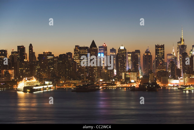 USA, New York City, Manhattan skyline at dusk - Stock Image