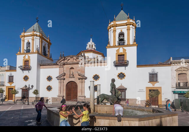 Children playing at fountain, Plaza del Socorro, Ronda, Andalusia, - Stock Image