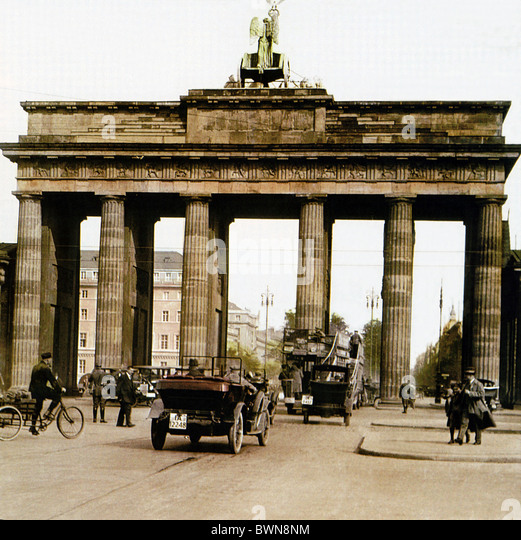 Brandenburger Tor Berlin near 1910 history historical historic town traffic people landmark Brandenburg Gate - Stock Image