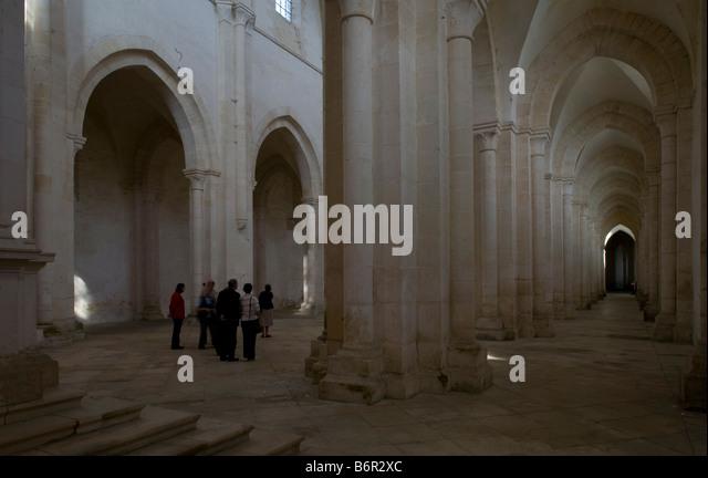 Pontigny,  Abteikirche, Blick vom südlichen Seitenschiff in das Langhaus - Stock-Bilder