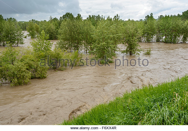 Sheep River overflows its banks in Okotoks during the June 2013 Alberta floods - Stock Image