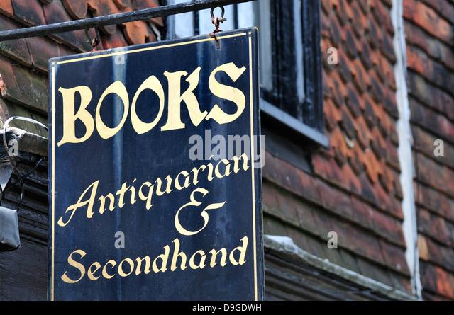 Rye, East Sussex, England, UK. Antiquarian / secondhand bookshop sign - Stock-Bilder
