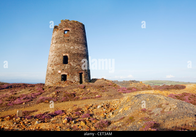 The remains of a mill from the Parys Mountain Amlwch Copper Mine on the Isle of Anglesey. The former copper mine, - Stock-Bilder