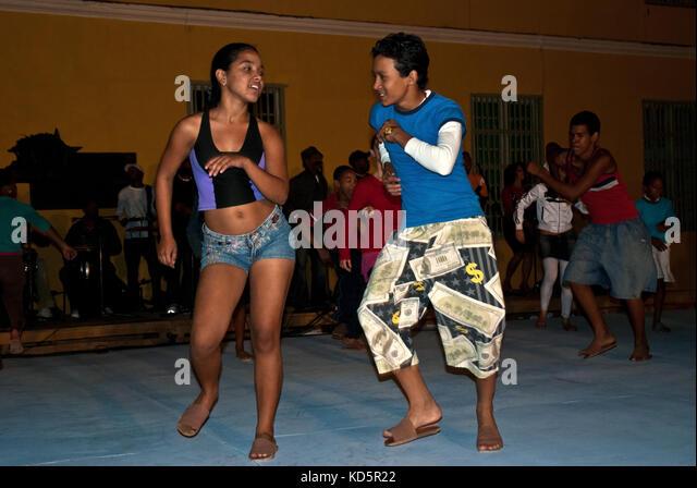 Cuban teenagers dancing in street in Camagüey, Cuba - Stock Image