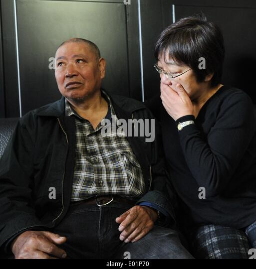 (140429) -- HARBIN, April 29, 2014 (Xinhua) -- Li Chen (L), a Japanese abandoned chemical weapon victim, talks with - Stock Image