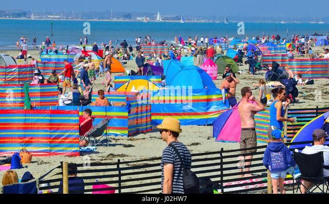 West Wittering Beach, West Sussex, UK. 9th April, 2017. Sizzling Spring. Crowds descend onto West Wittering beach - Stock-Bilder