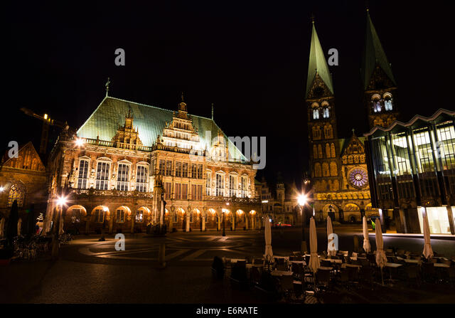 Night veiw of the Markt, Bremen showing the Rathaus and the Dom of St Petri. - Stock Image