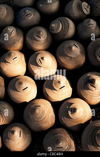 Indian money earthenware pots drying in the sun. Puttaparthi, Andhra Pradesh, India - Stock-Bilder