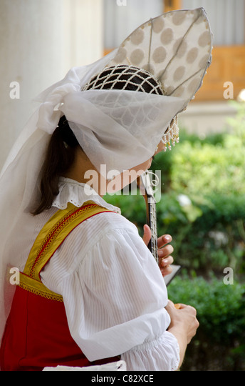 Ukraine, Yalta, Livadia Palace. Ukrainian folkloric show. Woman in traditional costume playing three-stringed balalaika. - Stock Image