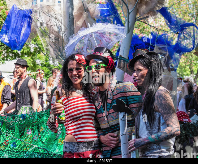 Kreuzberg, Berlin, Germany, 24th May 2015. Entertainers in the parade pose for the crowds as Berlin celebrates its - Stock-Bilder