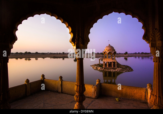 Gadi Sagar (Gadisar) Lake is one of the most important tourist attractions in Jaisalmer, Rajasthan, North India. - Stock-Bilder