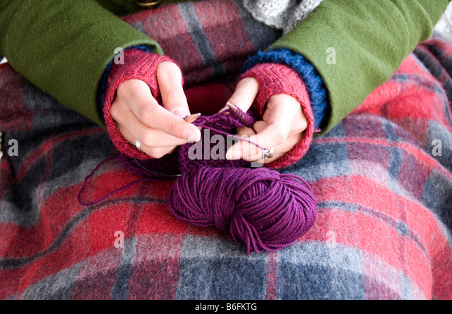 Close up of hands knitting - Stock Image