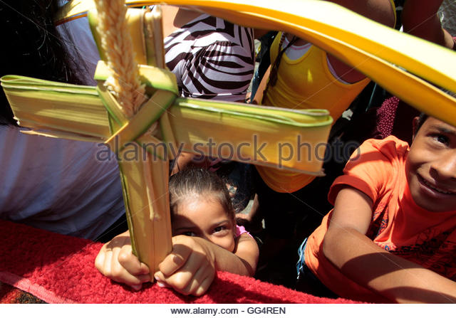 Catholics attend a Palm Sunday Mass at the Metropolitan Cathedral in Managua April 1, 2012. REUTERS/Oswaldo Rivas - Stock-Bilder