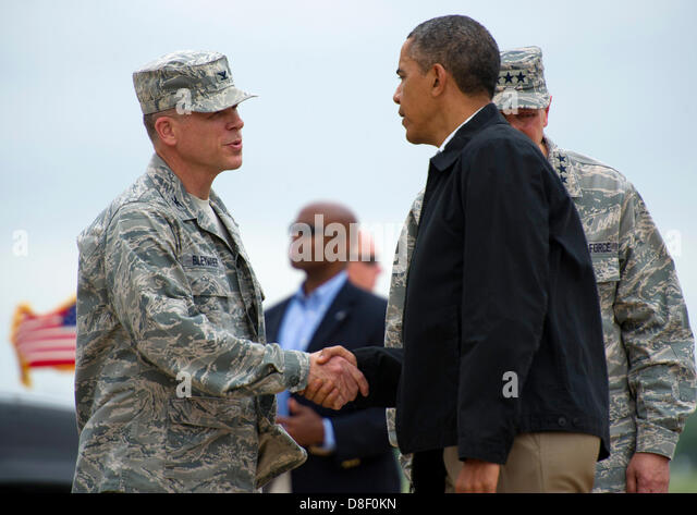 US President Barack Obama greets Air Force Col. Steven Bleymaier, the commander of the 72nd Air Base Wing, at Tinker - Stock Image