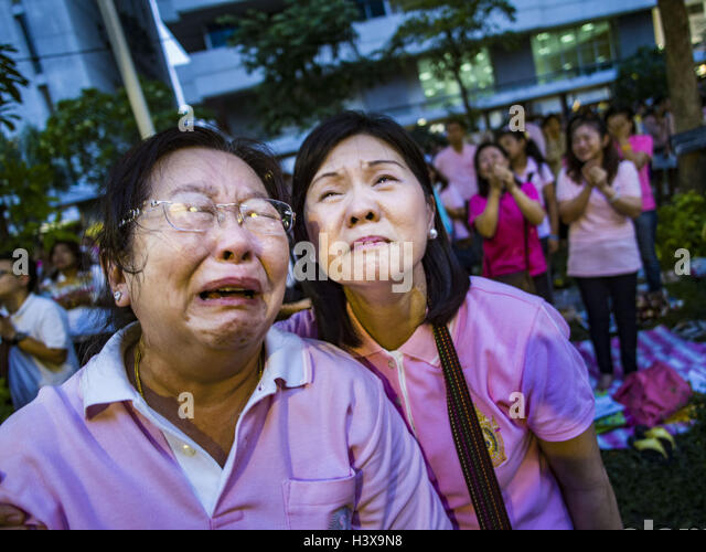 Bangkok, Thailand. 13th Oct, 2016. People at Siriraj Hospital cry and comfort each other Wednesday afternoon after - Stock Image
