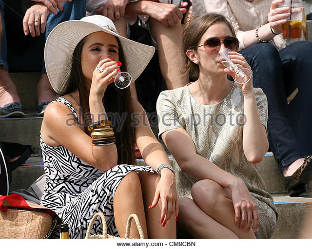 28/06/2012 - Wimbledon (Day 4) - Female spectators enjoy a glass of champagne as they sit in the sun on the steps - Stock-Bilder