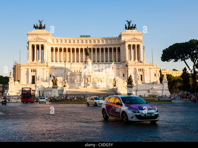 Monument to Vittorio Emanuele II, Known locally as the Wedding Cake, Piazza Venezia, Rome, Lazio, Italy. - Stock Image