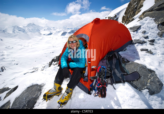 A mountaineer sitting in tent on high on high snowy mountains. - Stock-Bilder