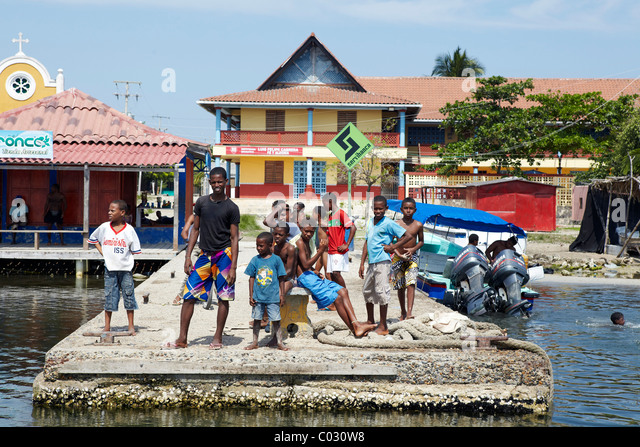 Colombian kids on boat pier, Baru Island, Colombia - Stock Image