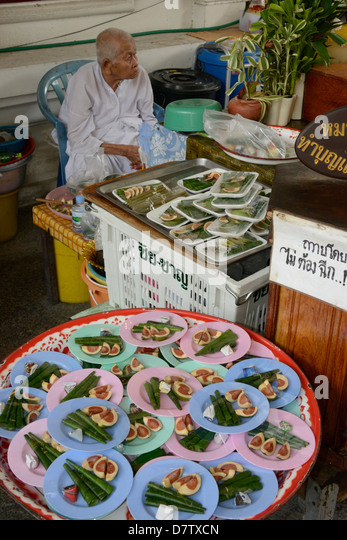 Betel offering to a revered nun, Wat Rakang, Bangkok, Thailand, Southeast Asia - Stock Image
