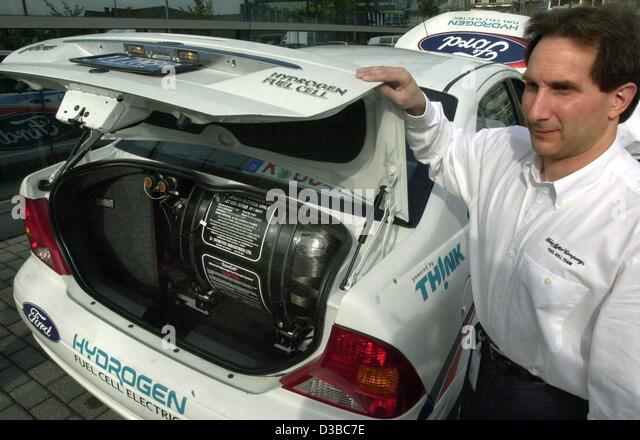 (dpa) - A Ford employee shows the hydrogen tank in the boot of the 'Ford Focus FCEV Hybrid', 2 October 2002. - Stock Image