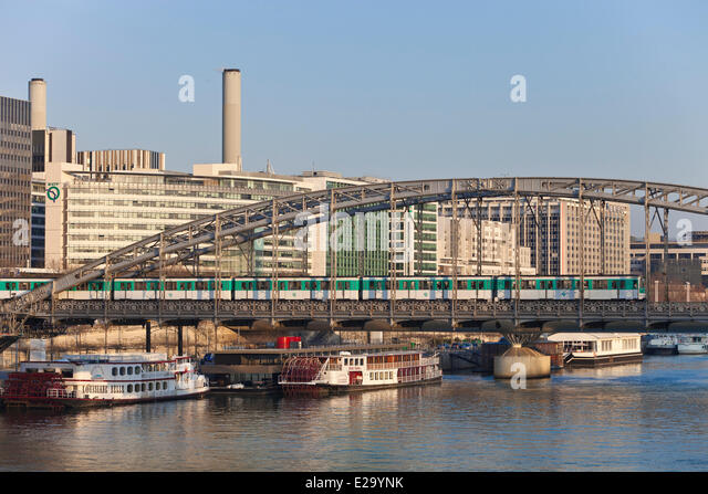 France, Paris, Austerlitz viaduct and subway line 5, Quai de Bercy business district and the Gare de Lyon - Stock Image