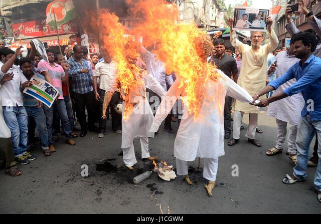 Kolkata, India. 20th Apr, 2017. Youth activist burns effigy of Kolkata Municipal Corporation Mayor and Deputy Mayor. - Stock-Bilder