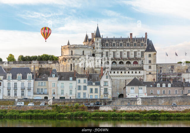 Hot-air balloon in the sky above the castle, Amboise, UNESCO World Heritage Site, Indre-et-Loire, Loire Valley, - Stock-Bilder