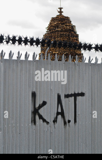 Sectarian graffiti on a fence in Belfast. KAT = Kill All Taigs (Catholics) with a large bonfire behind - Stock-Bilder