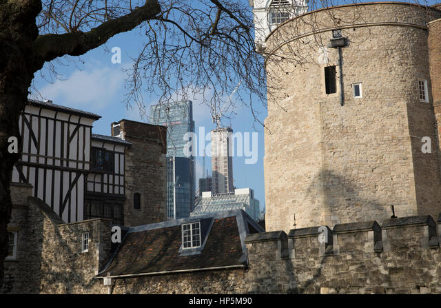 London, UK. 18th February 2017. Blue skies over London. © Keith Larby/Alamy Live News - Stock Image