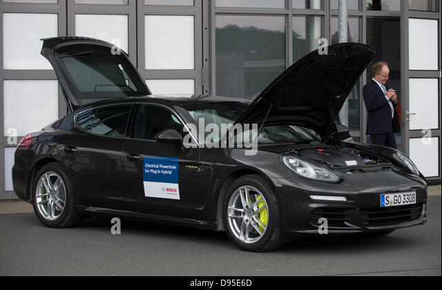 The bonnet and trunk of a Porsche Panamera e-Hybrid are open during a motor journalism colloquy by autosupplier - Stock Image