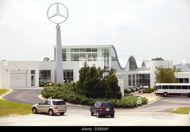 (dpa) -  A view of the DaimlerChrysler assembly plant with the company's logo towering above it in Tuscaloosa, - Stock Image