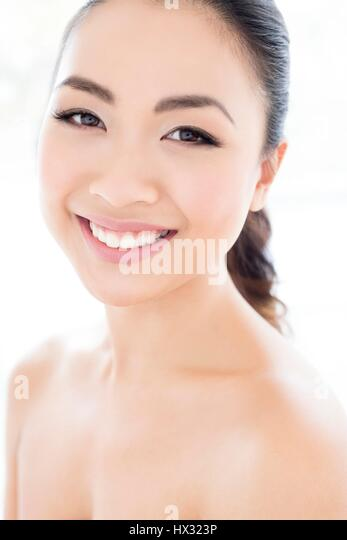 MODEL RELEASED. Young Asian woman smiling towards camera, portrait. - Stock-Bilder