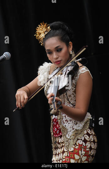 London, UK. 31 May 2014. Mia Ismi Miss Batik Indonesia, violinist and vocalist, on her debut performance in London.. - Stock Image