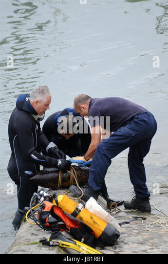 Bomb disposal experts defuse a WWII German bomb found in Rhone river way (Lyon) - Stock Image