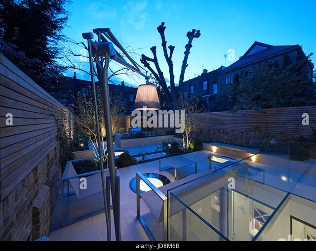 Garden view at dusk. Notting Hill House, London, United Kingdom. Architect: Michaelis Boyd Associates Ltd, 2017. - Stock-Bilder