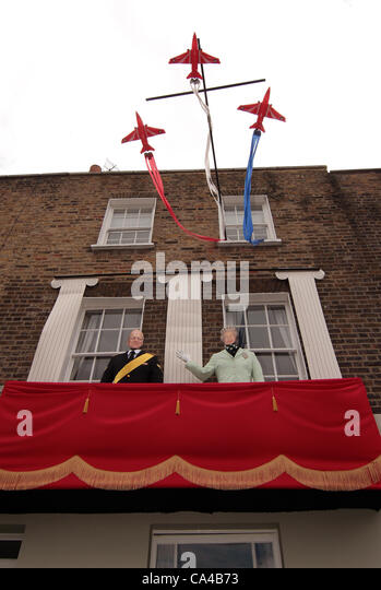 Over 500 people enjoying the Bank Holiday Street Party celebrating the Diamond Jubilee weekend in Kennington South - Stock Image
