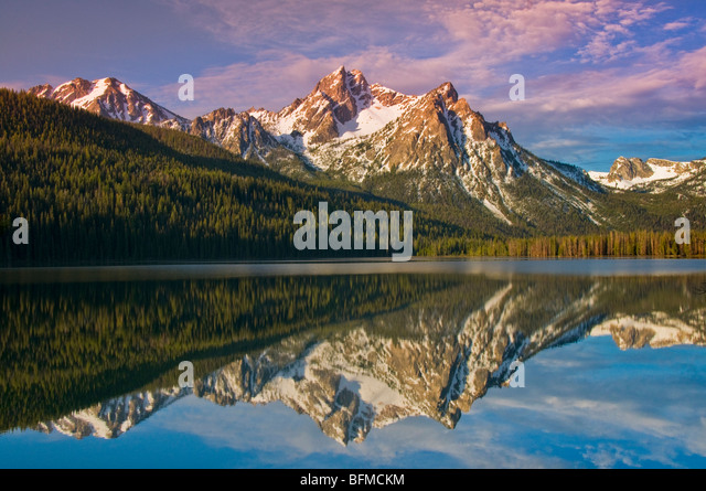 USA, IDAHO, Sawtooth National Recreation Area. Sawtooth Mountains, Snow covered McGowen Peak reflecting in Stanley - Stock Image