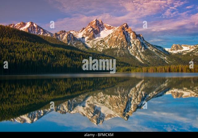 USA, IDAHO, Sawtooth National Recreation Area. Sawtooth Mountains, Snow covered McGowen Peak reflecting in Stanley - Stock Image