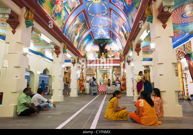 Colourful interior of the Sri Mariamman Hindu Temple.  Chinatown, Singapore - Stock Image