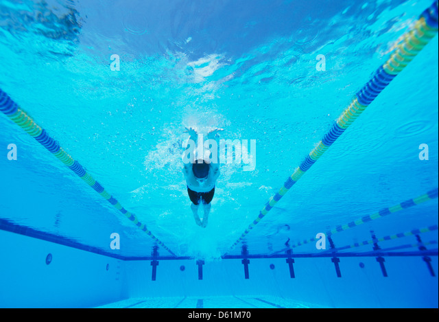 Underwater shot of young male thlete swimming in pool - Stock Image