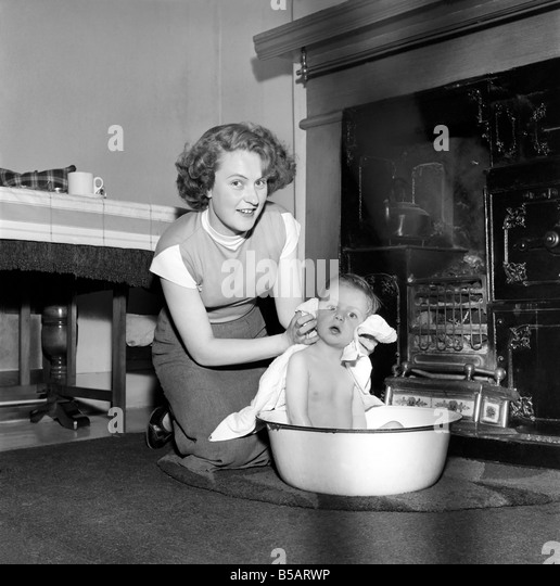 Family life: Mrs. Hull seen here bathing her son before giving him tea. 1954 A160-003 - Stock Image