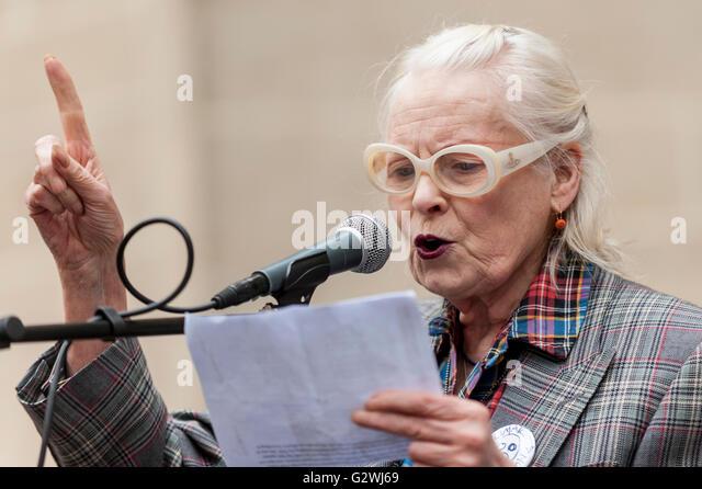 London, UK.  4 June 2016.  Dame Vivienne Westwood speaks outside the Department of Health as NHS nurses protest - Stock Image