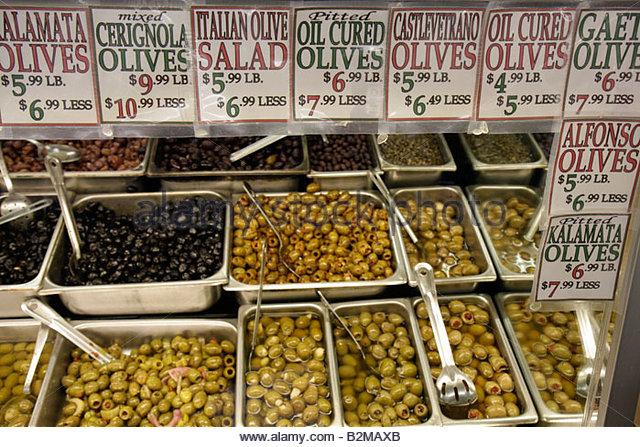 Wisconsin Kenosha Tenuta's Delicatessen Liquors and Wines Italian market food olives trays green black Kalamata - Stock Image