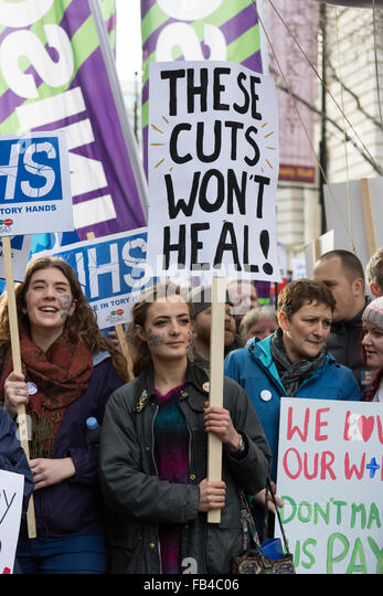 London, UK. 9th January 2016.NHS student nurses, midwives and supporters take part in a protest march from St Thomas' - Stock Image